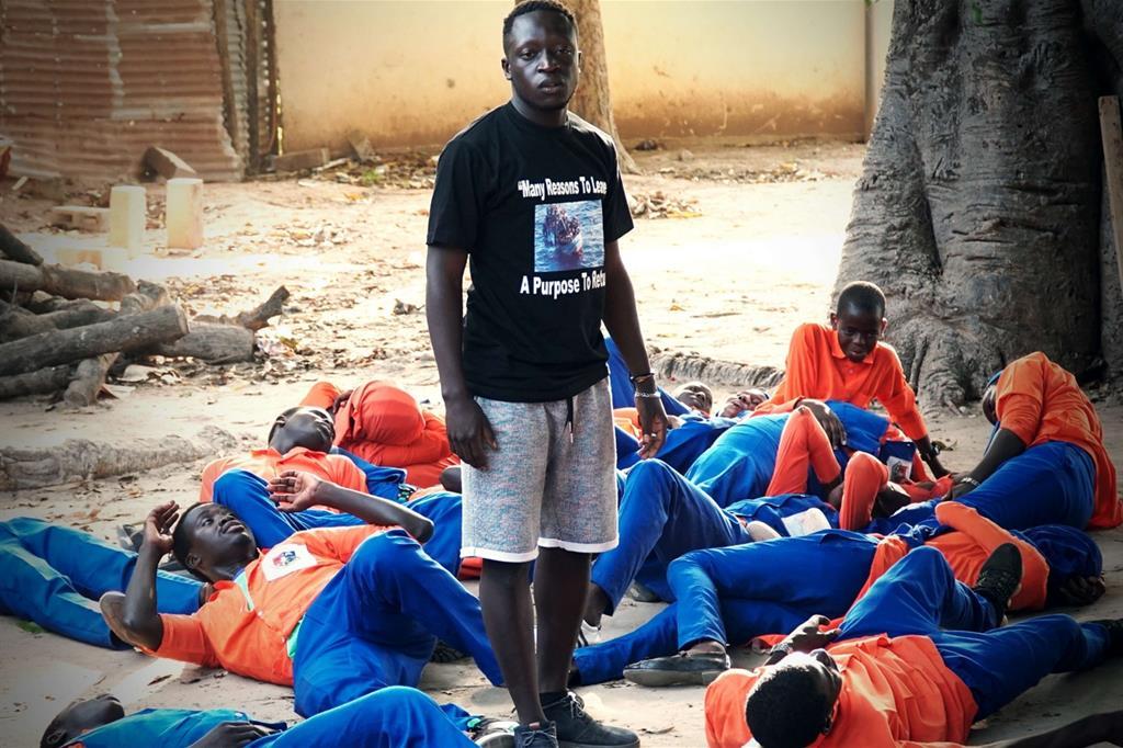 Alì durante un suo spettacolo di strada in Africa