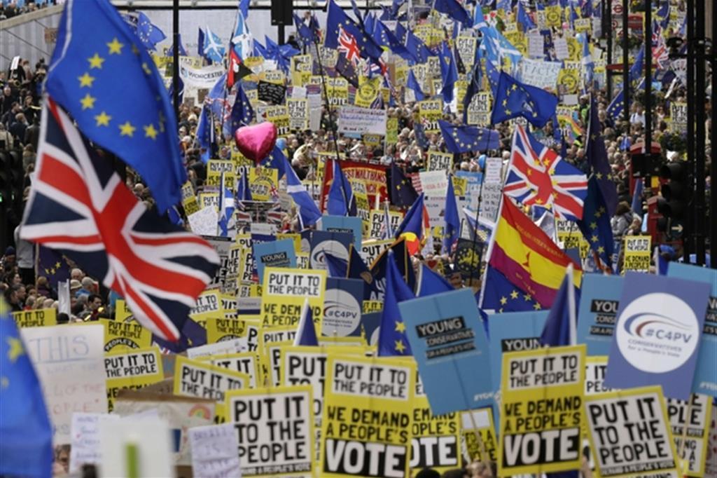 Centinaia di migliaia di persone, tra cui il sindaco della città, chiedono al governo britannico di organizzare un nuovo referendum