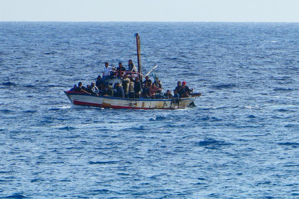 Migranti su un barcone nel Mediterraneo (Ansa)