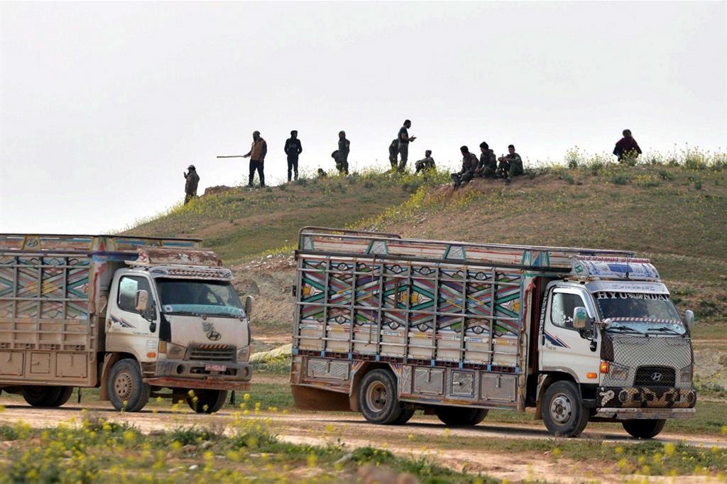 I camion che avrebbero dovuto evacuare i civili dalla pianura di Baghuz (Ansa)