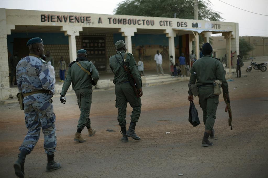 Un gruppo di soldati dell'esercito maliano (archivio Ansa)
