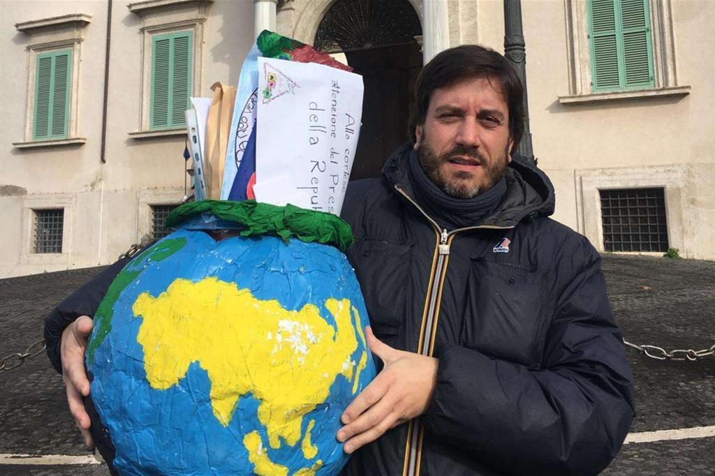 Il portavoce dell'Unicef, Andrea Iacomini, con le lettere dei bimbi ai coetanei del Cara da consegnare al presidente della Repubblica