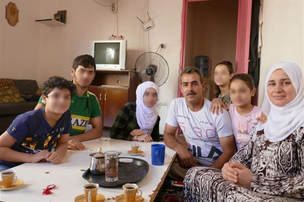 La famiglia di Fadel e Hanan nella loro casa a Beirut, in Libano, prima dell'arrivo in Italia attraverso il corridoio umanitario