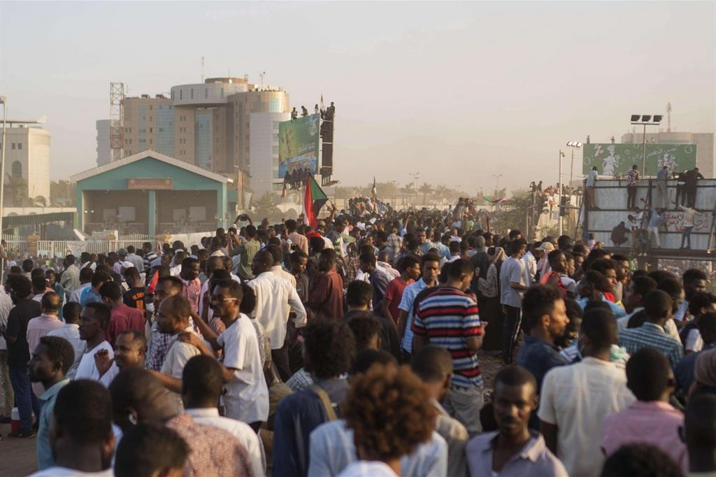 Dimostranti a Khartoum (Ansa)