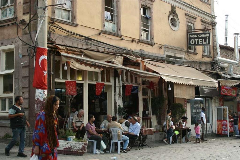 Il quartiere di Basmane, a Smirne, in Turchia, dove si trovano piccoli hotel che ospitano chi sta per partire (Ghirardelli)