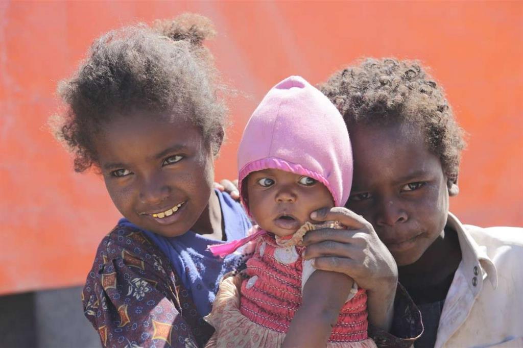 Noor, Salma and Ahmed giocano fuori della tenda ceh ospita la loro famiglia nel campo di Huth (Mohammed Al-Mekhlafi - Oxfam) -