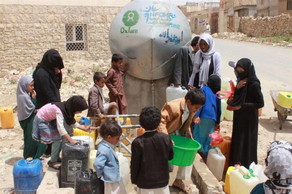 L'acqua pr molti è un miraggio. Un punto di distribuzione dell'Oxfam a Khamir (Kate Wiggans - Oxfam) -