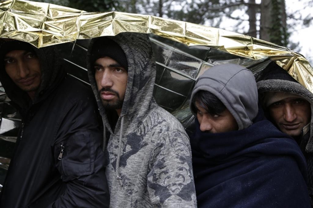 Migranti in coda per la distribuzione del cibo a Bihac, in Bosnia (Ansa)