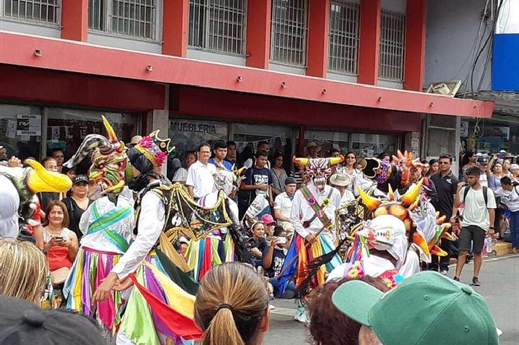 La sfilata per le vie del centro di Chitré con numerosi gruppi folkloristici locali e le delegazioni dei giovani accolti nei giorni precedenti alla Gmg di Panama; tra loro anche i gruppi italiani. (Matteo Liut) -