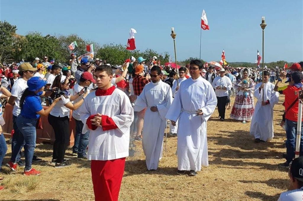 La Messa assieme a tutti i pellegrini accolti nella diocesi di Chitré per i giorni prima dell'appuntamento della Gmg a Panama. Tra loro anche alcune centinaia di giovani italiani. (Matteo Liut) -
