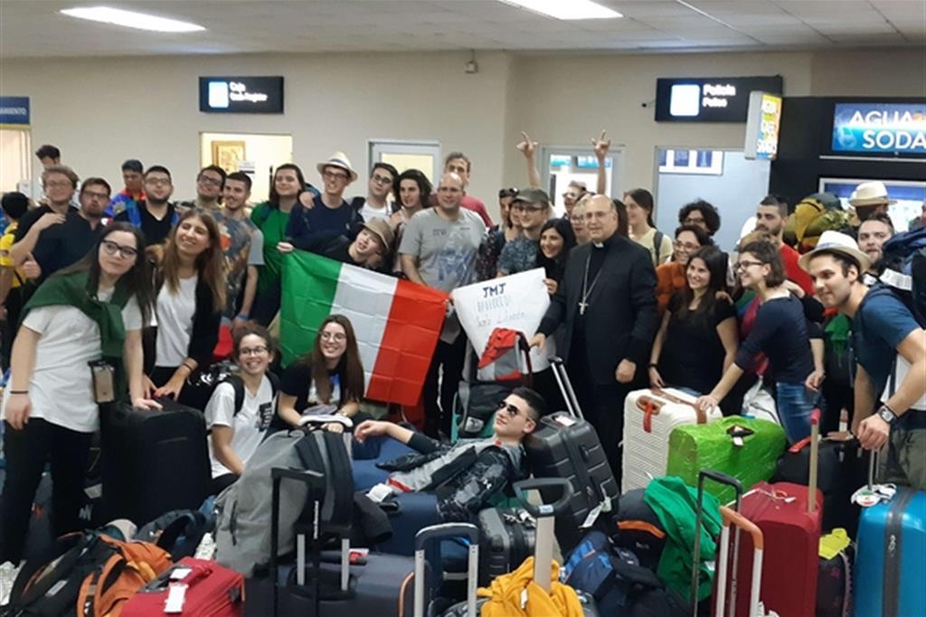 """Il gruppo delle Marche, assieme all'arcivescovo di Ancona-Osimo, Angelo Spina, all'aeroporto di Panama. è l'inizio dell'ultimo tratto del viaggio verso Chitré dove per quattro giorni i giovani italiani vivranno il loro """"gemellaggio"""" prima della Gmg a Panama -"""