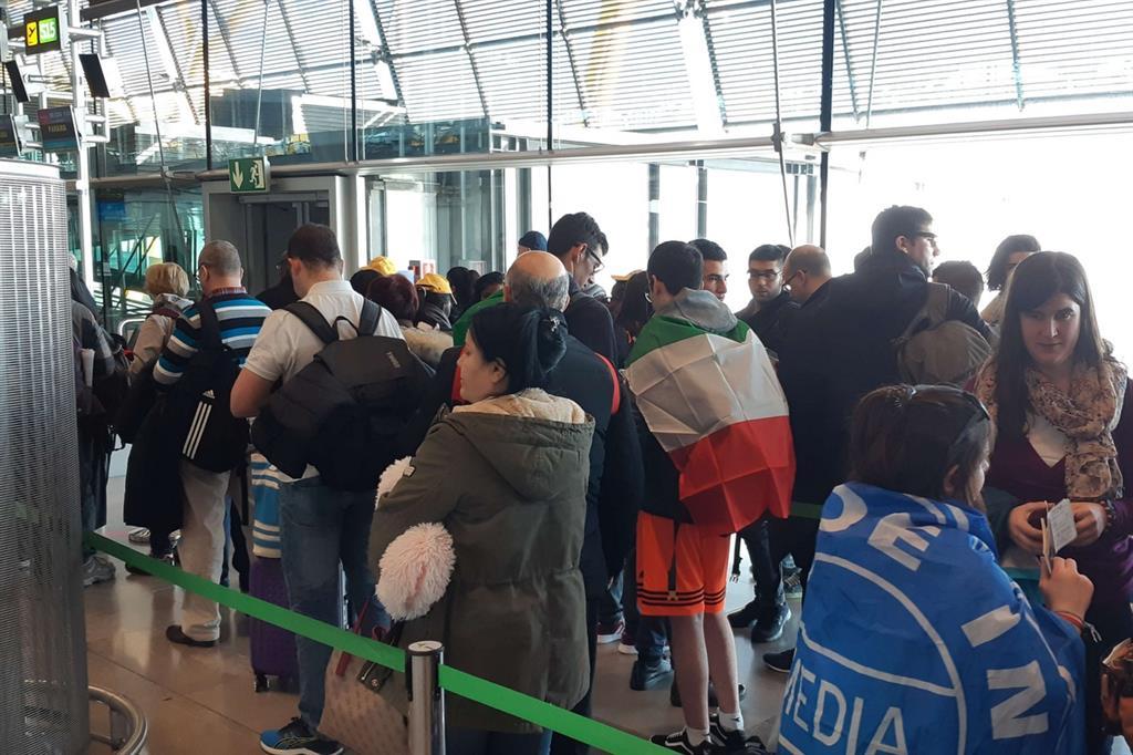 Aeroporto di Madrid: i gruppi italiani delle Marche e dell'Umbria s'imbarcano sull'aereo che li porterà a Panama. Assieme a loro sull'aereo anche giovani spagnoli, francesi, tedeschi e un piccolo gruppo dal Rwanda -