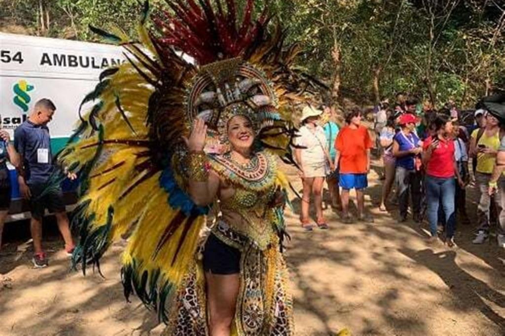 Una ragazza con un costume tradizionale assieme ai giovani dei gruppi della Lombardia e della Puglia, ospiti a Macaracas, diocesi di Chitré, prima della Gmg a Panama. -