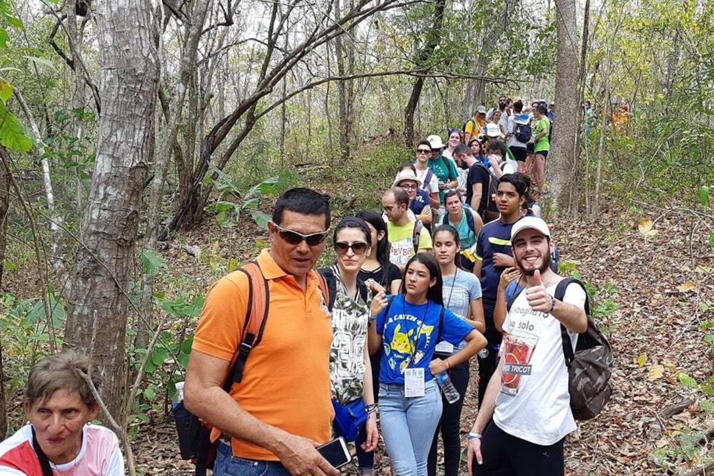 I giovani dei gruppi della Lombardia e della Puglia (ospiti a Macaracas prima della Gmg a Panama) durante la visita al bosco di El Colmon per la giornata dedicata all'ecologia. -