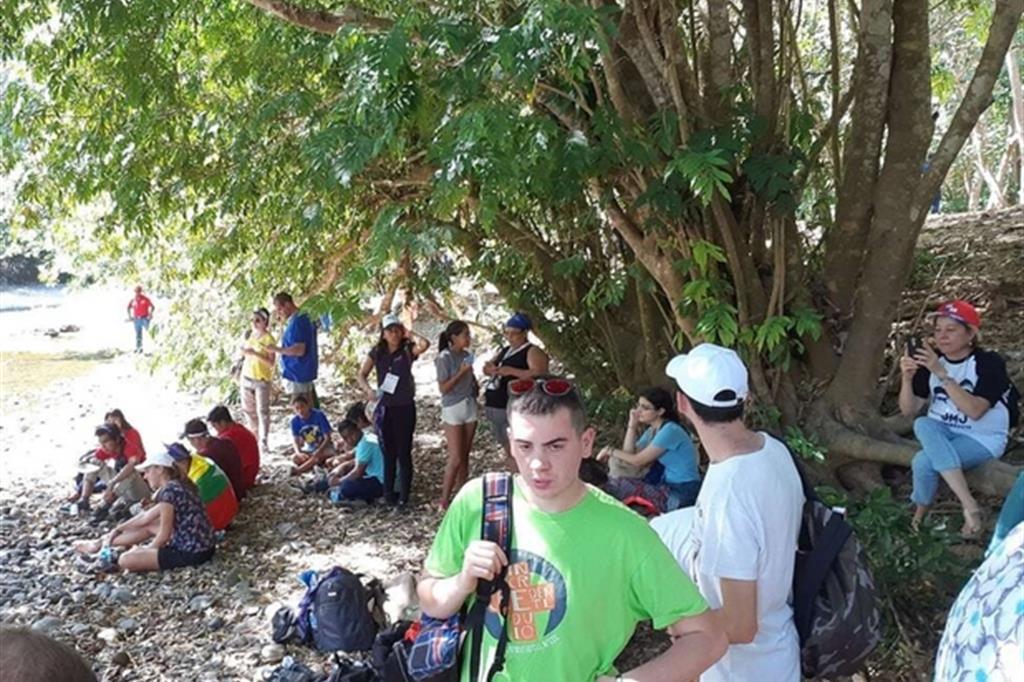 Un momento di relax per i giovani dei gruppi della Lombardia e della Puglia (ospiti a Macaracas prima della Gmg a Panama) nel Rio La Villa, che separa le province di Herrera e Los Santos. -