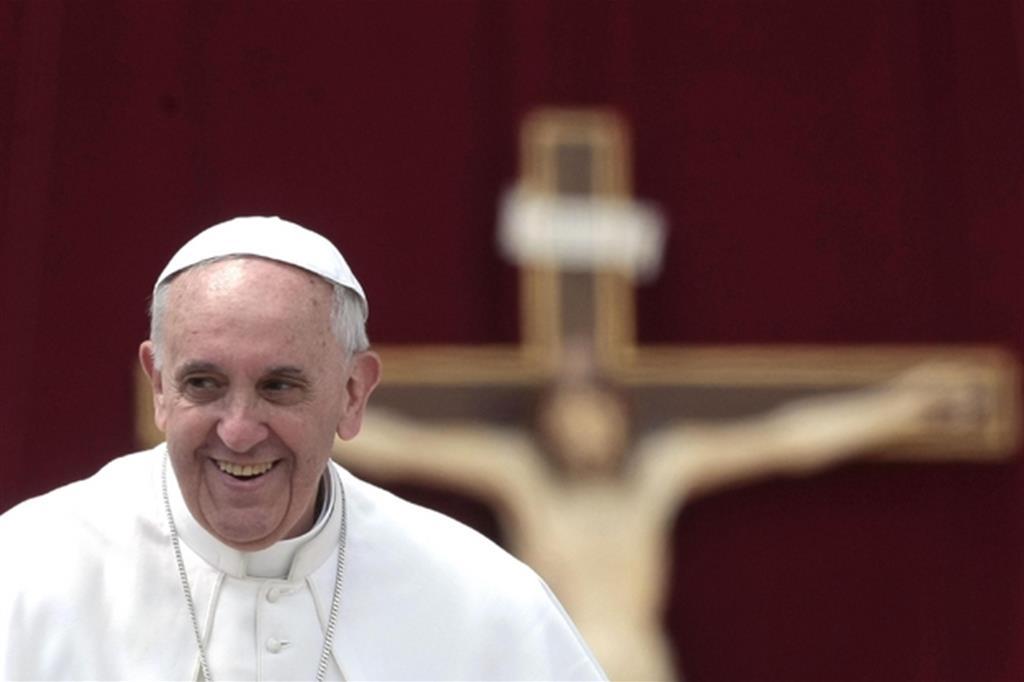 Bergoglio, 50 anni di servizio. Papa, ma prima di tutto prete