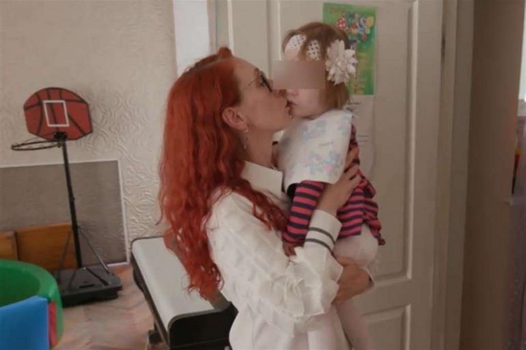 Bridget e l'infermiera che si prende cura di lei (frame del video di Abc News)
