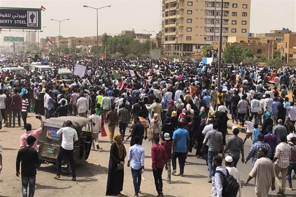 La protesta di domenica nel centro della capitale sudane Khartum (Ap)