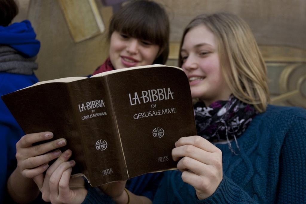 Un momento di lettura e condivisione della Bibbia (TamTam)