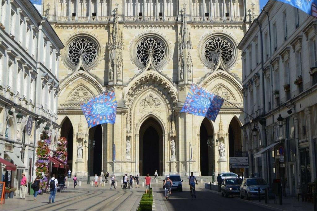 Città famosa per la sua splendida Cattedrale e per le gesta eroiche di santa Giovanna d'Arco (1412-1431), Orléans festeggia ogni due anni pure il suo glorioso passato di grande porto fluviale sulla Loira, da cui venivano tradizionalmente spedite mercanzie di ogni tipo soprattutto verso la non lontana Parigi. La kermesse è chiamata «Festival della Loira d'Orléans» e rappresenta il più grande raduno d'imbarcazioni fluviali d'Europa. L'ultima edizione si è appena svolta dal 18 al 22 settembre. -
