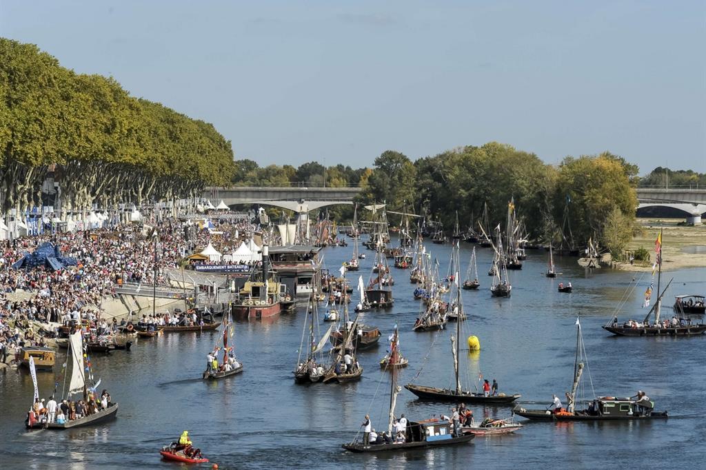 Variopinte ma alquanto disordinate, le parate d'imbarcazioni non hanno nulla della solennità di un evento come la Regata storica di Venezia. Ma uno scopo dell'evento è pure di celebrare la 'Loira selvaggia', il fiume più lungo di Francia, che divide storicamente il Paese in due aree linguistiche distinte -