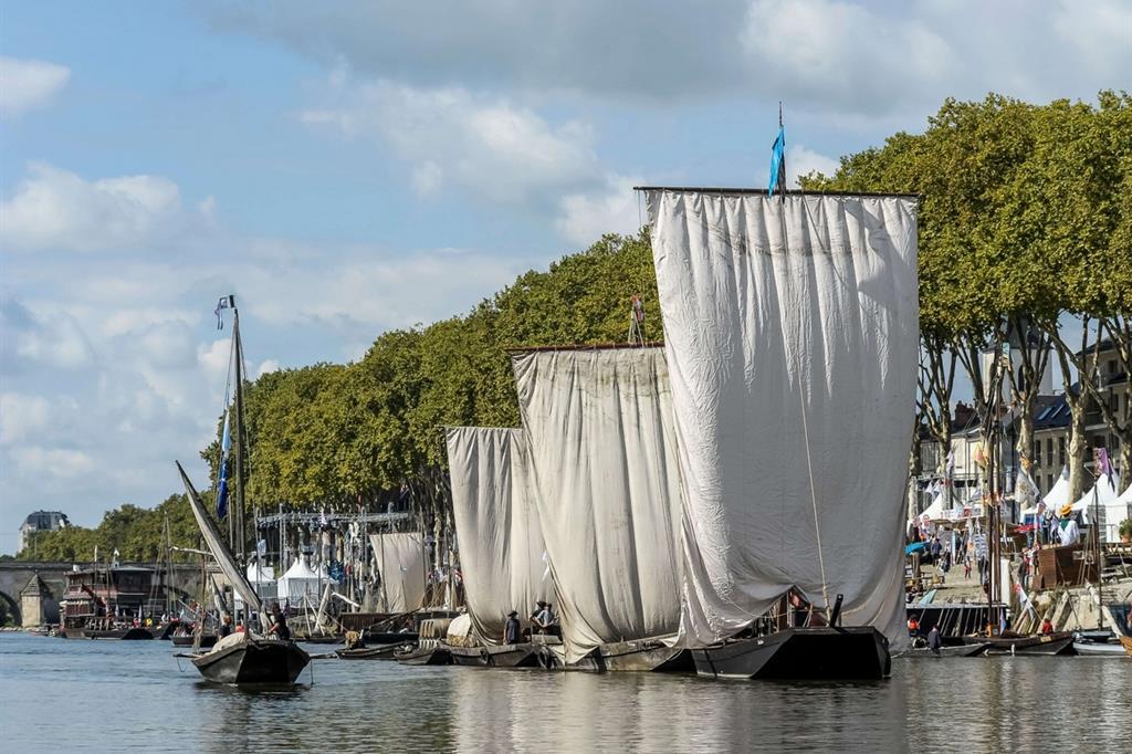 Fra i battelli tradizionali della Loira, spiccano quelli dotati di grandi vele chiare quadrangolari -