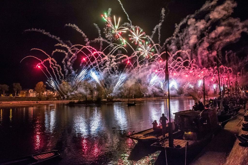 Il fuoco d'artificio sulla Loira è uno dei momenti più suggestivi di un evento che attira, ad ogni edizione, più di 700mila visitatori -