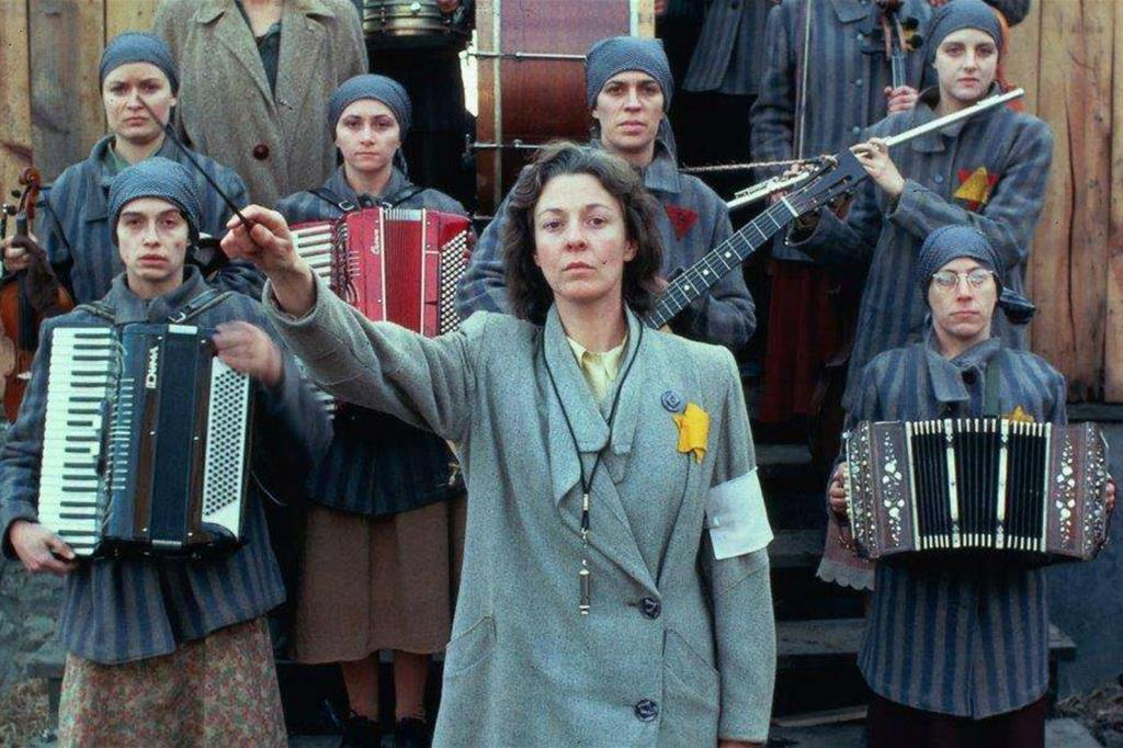 """Un'immagine di """"Playing for Time"""", film per la tv scritto da Arthur Miller sulle donne musiciste di Auschwitz. Poi portato anche in teatro, si ispira alle memorie della pianista Fania Fénelon"""
