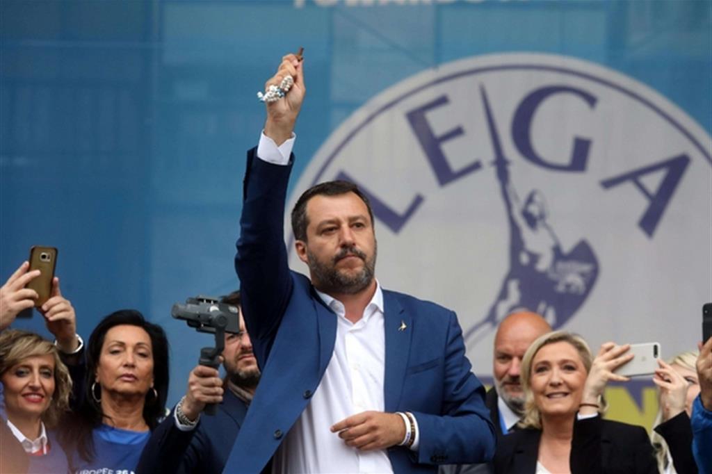 Matteo Salvini brandisce il rosario nel comizio elettorale a Milano, presenti sovranisti da vari paesi (Ansa)