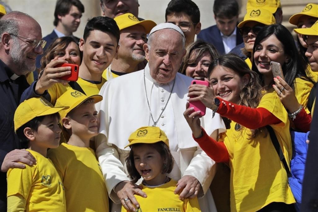 Il Papa con i giovani (Ansa)