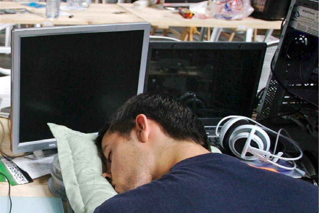 In molte aziende giapponesi è tollerato il riposino in ufficio, anche a causa dei lunghi orari di lavoro (Ansa)