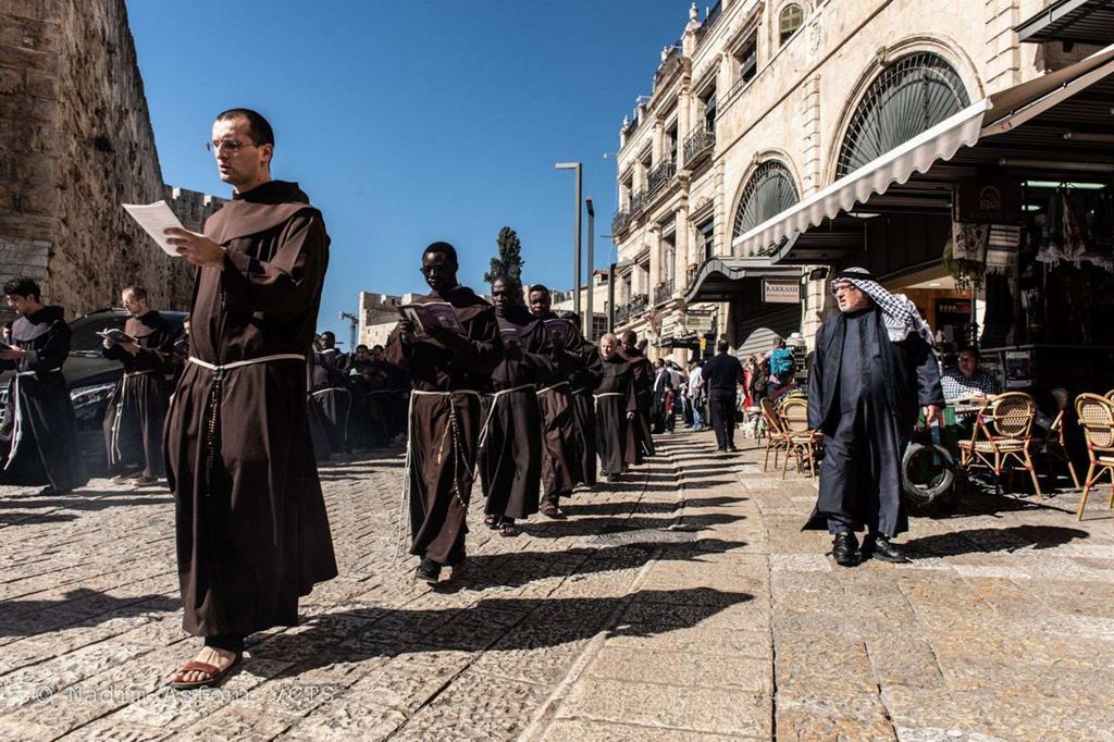I frati minori francescani della Custodia di Terra Santa lungo le strade di Gerusalemme (foto Custodia)