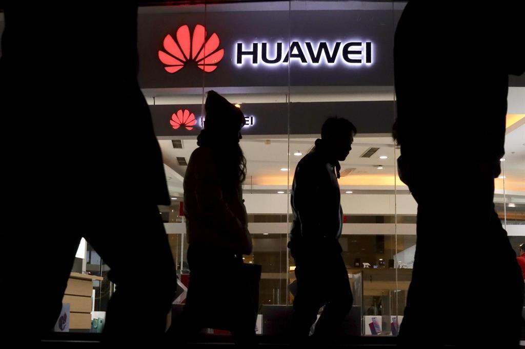 L'insegna di un negozio Huawei a Pechino (Ansa)