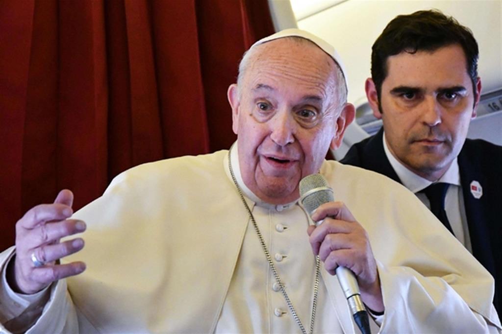 Il Papa in volo: «Chi alza muri ne resta prigioniero»