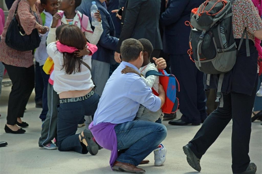 L'arrivo in Italia di un gruppo di bambini dal Congo e l'incontro con le famiglie adottive nel 2014 (Ansa)