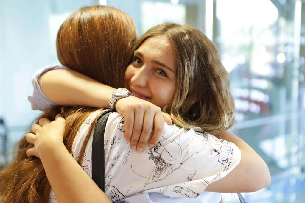 Nicoletta abbraccia un'amica dopo l'orale di maturità, che ha sostenuto ieri. Si iscriverà all'università di Roma, dopo 3 anni e mezzo a San Patrignano