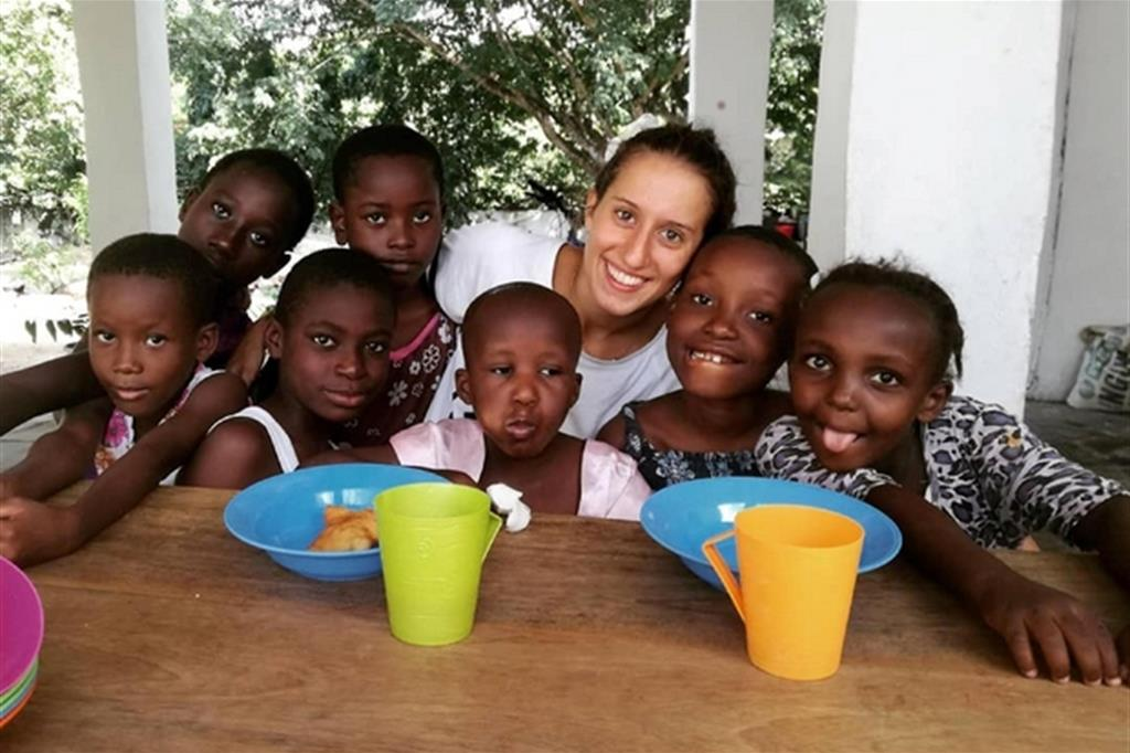 Silvia Romano, 23 anni, con i bimbi che assiste per una Ong: è stata rapita il 20 novembre scorso a Chakama in Kenya