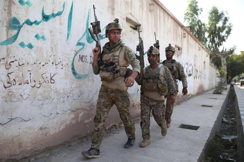 Forze di sicurezza afghane di pattuglia a Jalalabad (Ansa)