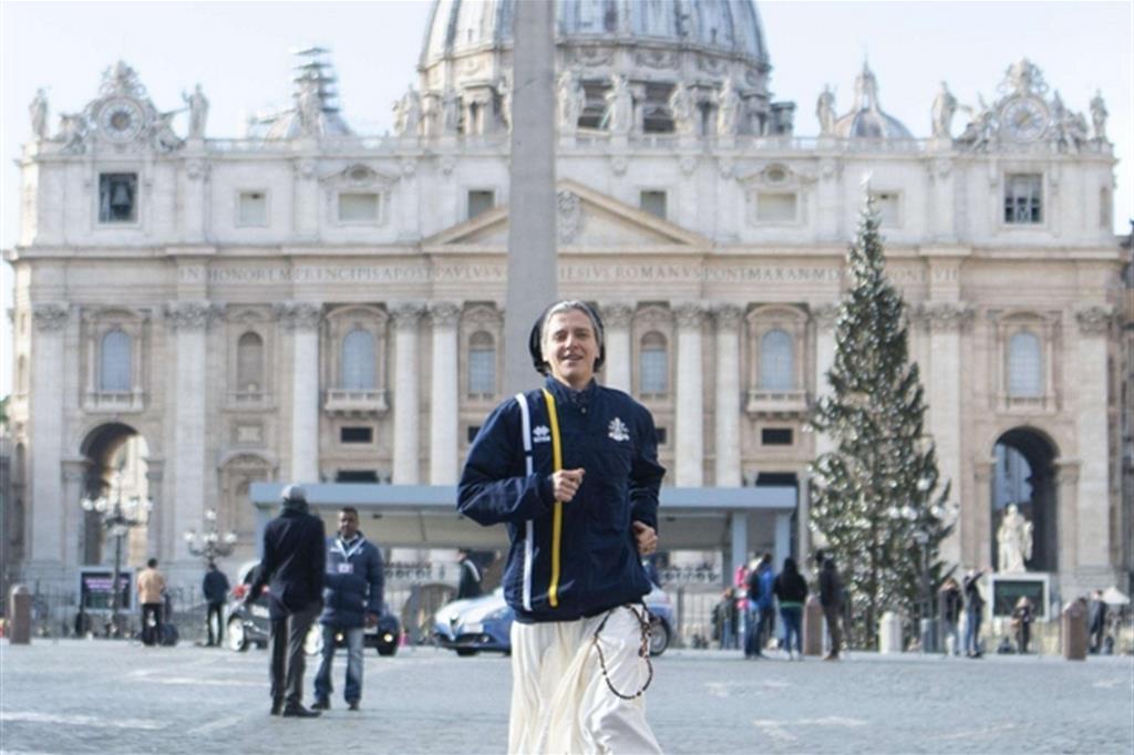 La suora runner Marie-théo Manaud corre in piazza San Pietro dopo la presentazione di Athletica Vaticana (Ansa)