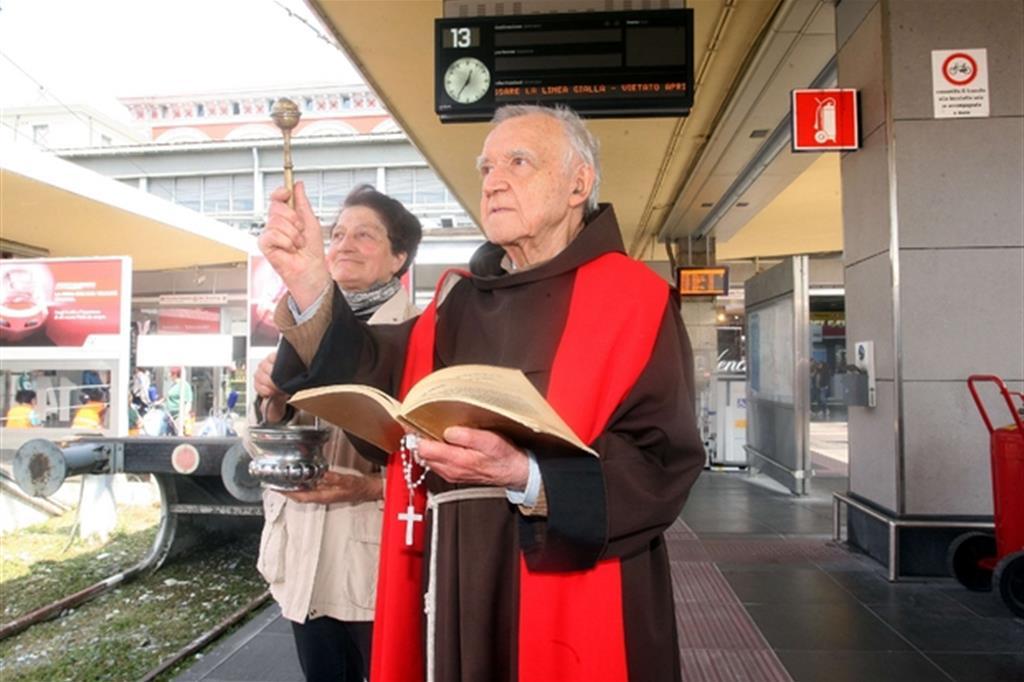 Padre Pier Giuseppe Pesce nella stazione di Porta Nuova a Torino (Juzzolino)