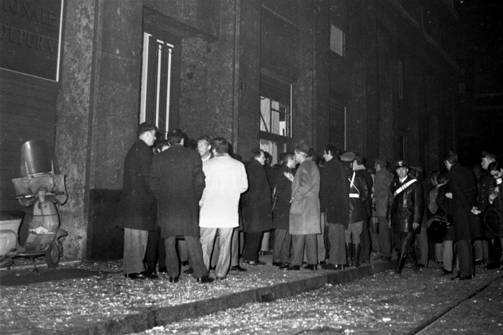 I primi momenti dopo lo scoppio della bomba, con i carabinieri e un gruppo di persone davanti alla Banca di piazza Fontana