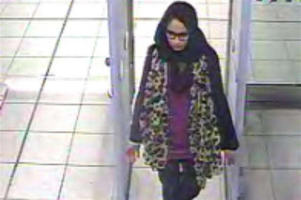 La partenza di Shamima Begum da Londra nel 2015 (Ansa)