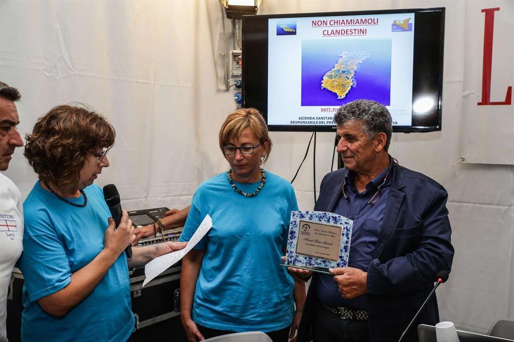 Il dottor Bartòlo premiato a Lerici dalla Società Marittima di Mutuo Soccorso (foto di Vittorio Baudone)