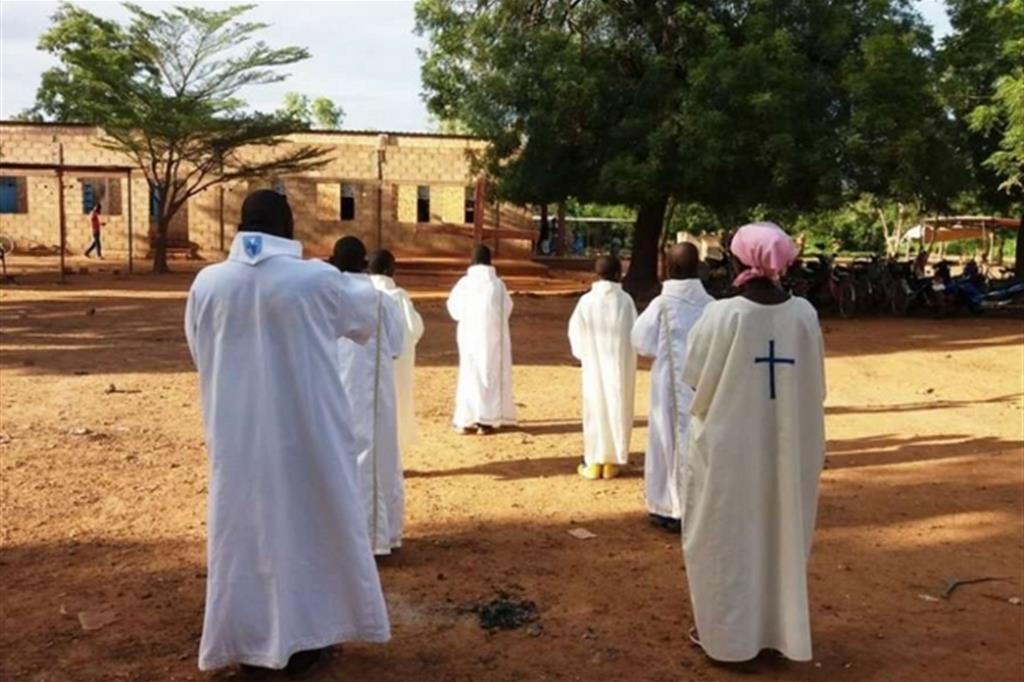 Il Burkina Faso è uno dei paesi più poveri del mondo: la posizione geografica, a sud del deserto del Sahara, e il clima non facilitano le attività agricole e l'allevamento. L'irrigazione interessa meno dell'1% della superficie coltivata, sulla quale si pratica in genere un'agricoltura estensiva con bassi rendimenti. Eppure il settore agricolo impiega il 92% della popolazione attiva, ma il 51% delle famiglie contadine non riesce a coprire i propri fabbisogni. -