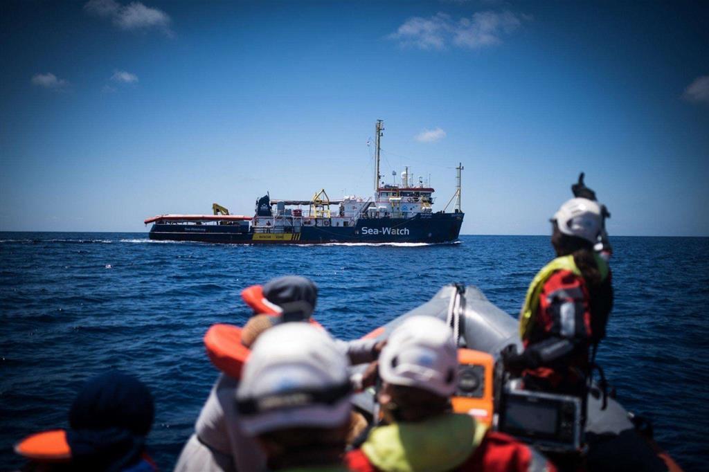 «Sea Watch ha soccorso 65 persone da un gommone a 30 miglia (60 km circa) dalle coste libiche, avvistato da un aereo civile di ricognizione. Libia, Malta, Italia, Olanda sono state informate: nessuna risposta. Nel Mediterraneo stanno diminuendo i testimoni, non le partenze». Lo scrive in un tweet la stessa organizzazione tedesca no profit (foto Twitter/Sea Watch/Ansa)