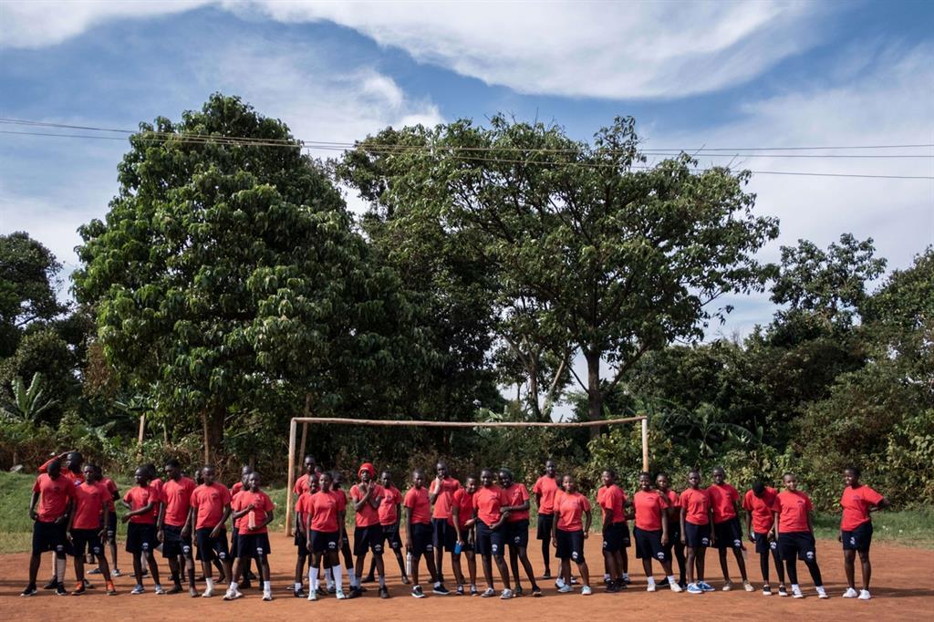 Schierati sul nuovo campo di calcio, pensando al futuro (foto Mattia Marzorati)