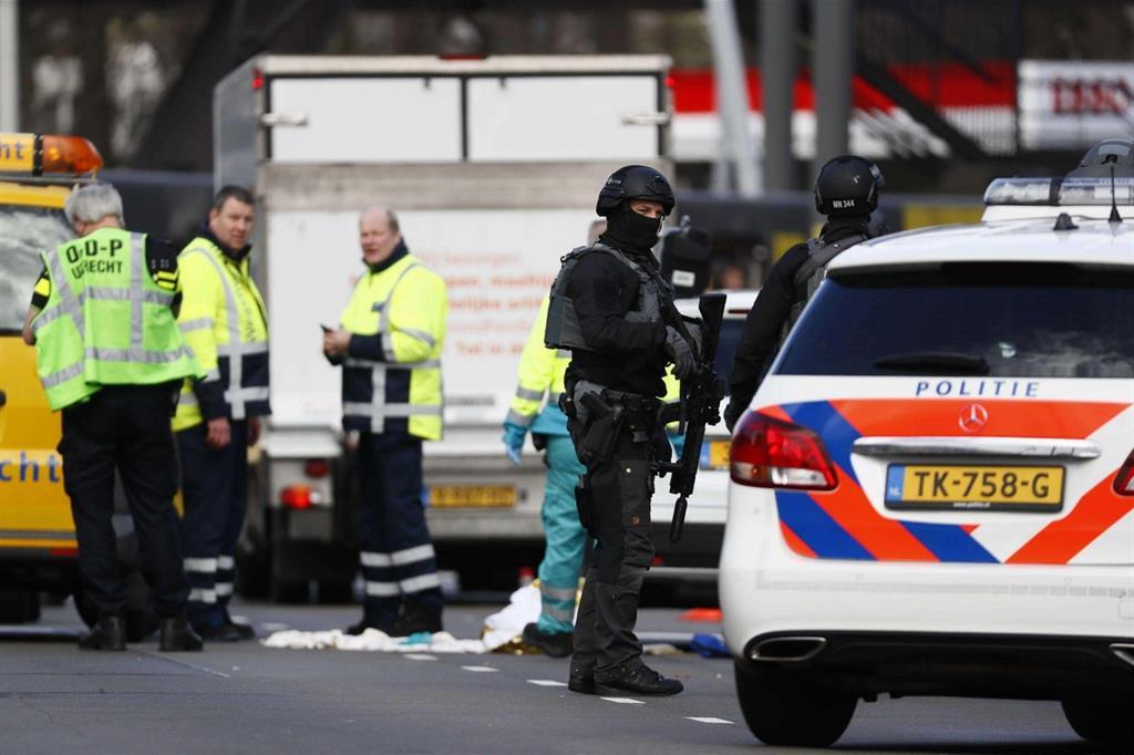 La polizia sul luogo dell'assalto (Ansa)