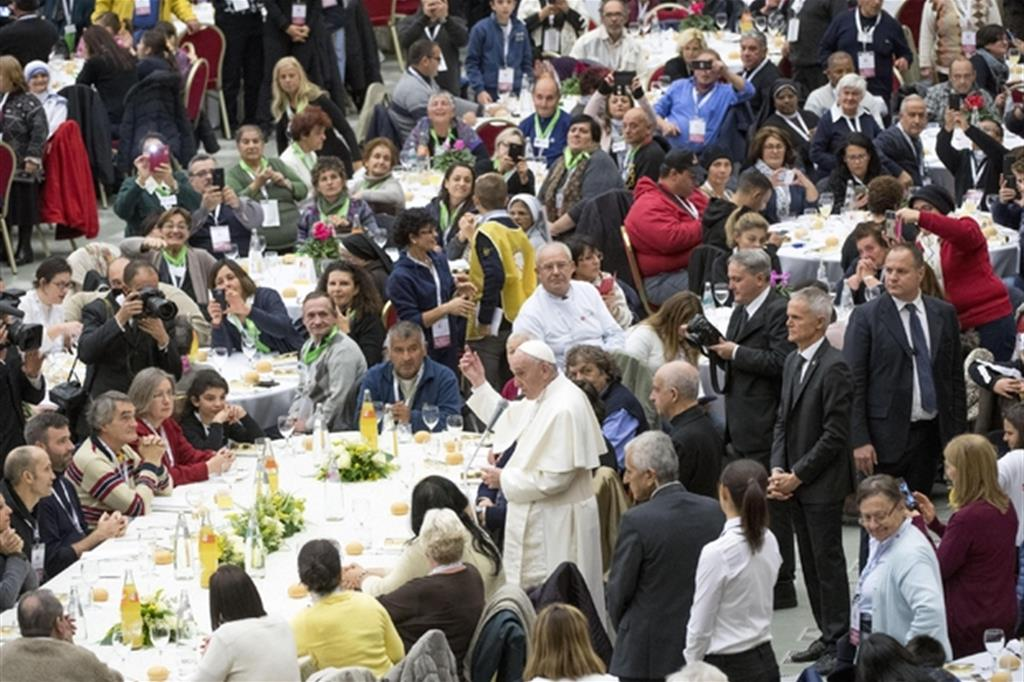 Papa Francesco a pranzo pranzo con i poveri (foto d'archivio Ansa)
