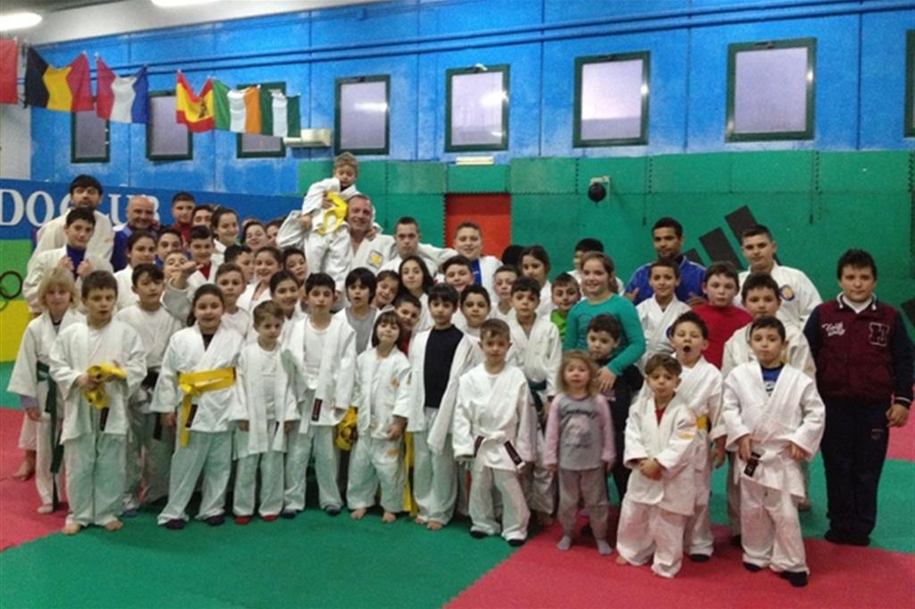 Gianni Maddaloni con i piccoli judoka della palestra di Scampia