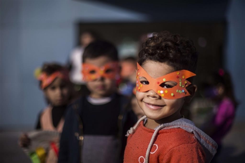 """Diego Ibarra Sanchez - Unica tappa in Italia, la mostra """"Back to the future. Scatti di voglia di vita dei bambini siriani rifugiati"""" racconta i protagonisti del progetto promosso da AVSI, Terre des Hommes Italia, Terre des Hommes Netherlands e War Child Holland per riportare a scuola migliaia di bambini rifugiati siriani in Libano e Giordania grazie al sostegno dell'Unione Europea con il suo fondo Madad. -"""